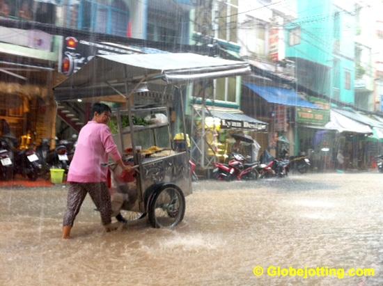 vietnam-saigon-bui-vien-street-flood-vendor-globejotting-davefox
